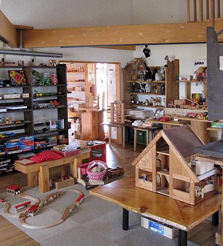 美瑛の丘のおもちゃ屋さん店内商品棚方向